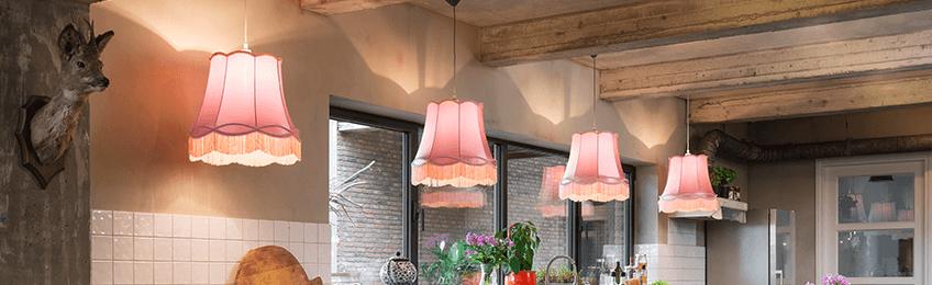 Las pantallas de las lámparas rosas